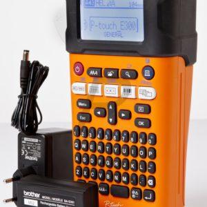 E02X26 - BROTHER PT-E300VP - L'arme polyvalente dans la main de l'électricien!